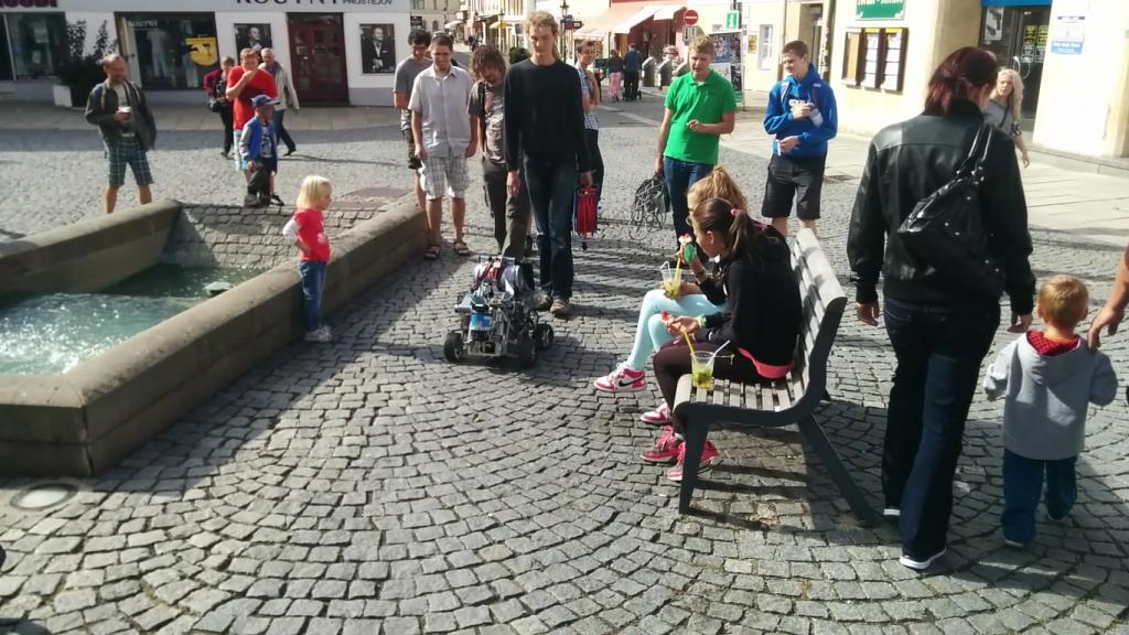 Beteigeuze fährt durch eine Innenstadt bei der Robotour 2015